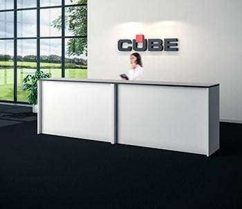 Hvid skranke med logovæg hos Cube
