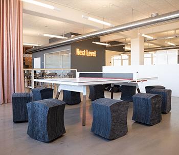 arbejdspladser-hovedkontor-indretningsløsning-design-BOTIUM-bordtennisbord-gardiner-activitybased-working-COB - 0076-HDR-350x303
